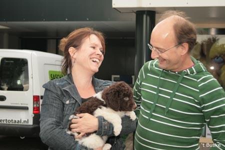 Suzanne en Ari nemen Wiebe (Bruun) mee naar Enschede waar hun 3 kinderen al met smart wachten